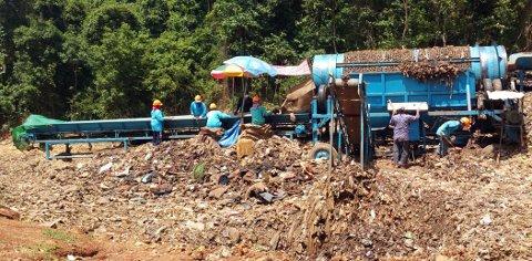 SØPPELBERG: En thailandsk søppelfylling hvor avfall sorteres for hånd. Multivector og Activity Consult vil sortere automatisk og bygge hus av restavfallet.