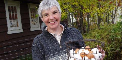 Hønsebingo: Anita Stølan med en kurv egg, hva som kom først av egget og høna er ukjent med kanskje høna i hønsebingoen kommer fra kurven.Arkivfoto: Tonje Hovensjø Løkken