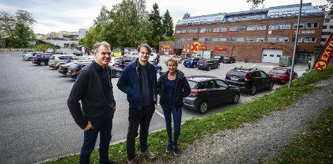 Tror på Ås sentrum: Grunneier Herman Tandberg, planlegger Magnus Orhen og plansjef Ellen Grepperud. Der de står kan det i fremtiden komme kontorbygg og hotell. Foto: Åsmund Austenå Løvdal