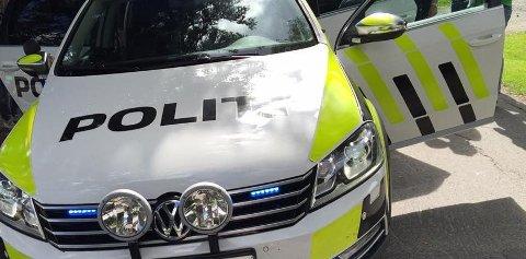 TRAFIKKULYKKE: Politi og ambulanse dro til E6 ved Åringen søndag kveld, i forbindelse med en singelulykke.