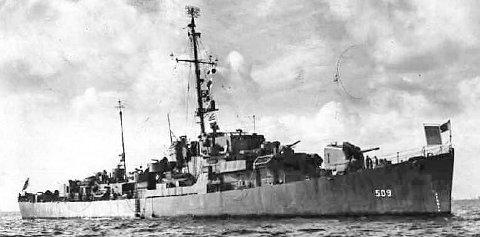 «USS FORMOE»: Destoryeren «USS Formoe» ble sjøsatt i april1944. Navnet ble bestemt av selveste president Roosevelt for å hedre «moingen» Clarence Melvin Formo (innfeldt) som utmerket seg stor under angrepet på Pearl Harbor i 1941. De to andre bildene er fra angrepet på den amerikanske flåtestasjonen, et angrep som ble ett av de mest kjente under Den andre verdenskrig.