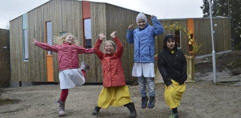 ILLE BEGEISTRET: Linnea Toftner Bjørnland (9), Lykke Adele Gander Hansen (8), Linnea Kristoffersen (9) og Edgard Rivera Høgberg (8) er ille begeistret over sitt nye bygg. Foto: Marianne Holøien