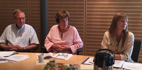 ALVORLIG SAK: Terje Berg Alvheim ga ros til medarbeideren som oppdaget hva som hadde skjedd og meldte bekymring videre i systemet. Marit Haabeth i midten og Kristine Høgseth til høyre under kontrollutvalgets møte onsdag.