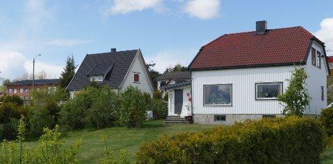 VIL TILBY OPPKJØP: Dette er to av husene ved Rolvsøyveien som er foreslått revet ved byggingen av ny vei.  De eies av Vidar og Ketil Saxegård som har bedt om innløsning, men har fått nei. Kjell Arne Græsdal mener kommunen bør overta og stå for utleie av husene.  (Foto: Øivind Lågbu)