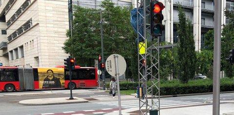 Frp ønsker en forsøksordning, der det er lov å kjøre til høyre på rødt lys, slik man kan i USA. Illustrasjonsfoto: TV 2.