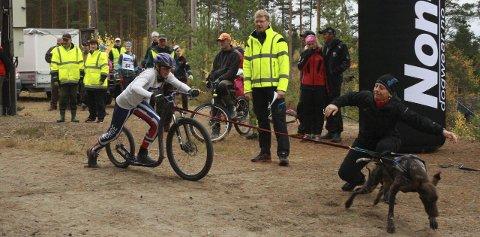 I FARTA: Oda Foss Almqvist og hunden Holly i aksjon ut fra start. Foto: Privat
