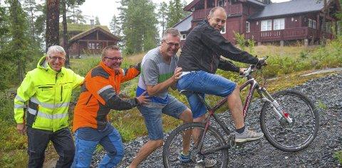 LYGNA OPP: Rittleder Roar Moen får hjelp Aksel Grinaker (til venstre), Kasper Andresen og Paul Rief.