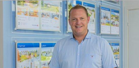 REKORD: Salgsleder Stein Olav Engebakken ved EiendomsMegler 1 Hamar opplever stadig rekordpriser på boliger i Hamar.