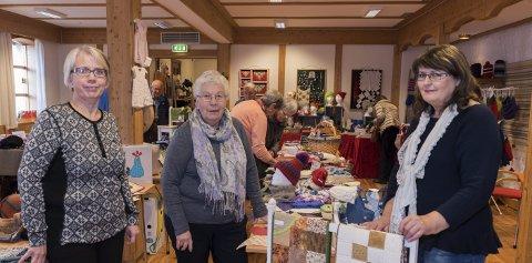 Står bak: Jorunn Fjellanger, Solbjørg Alpen og Kari Ingstad arrangerer jolemarknad på Krossvoll denne veka.      Arkivfoto: Eli Lund