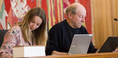 Fra Odda: Hege Korssund Lutro og Harald Jordal i aksjon under et kommunestyremøte våren 2019. Foto: Sondre Lingås Haukedal