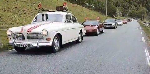I alt 15 veteranbilar og 59 bilar var med på bilkortesje i Eidfjord på 17. mai i 2020. Vert det fleire på oppfølgjaren i år? Foto: Privat