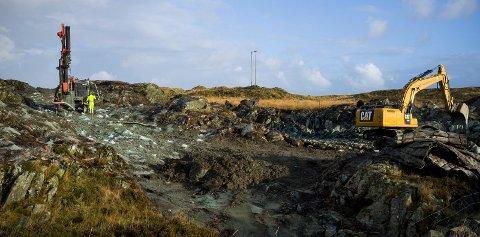 KORTREIST: Steinmassene som fylles i sjøen ved containerhavnen hentes fra Stutøy, like ved. Her sprenger Vassbakk & Stol ut til nye næringsarealer.