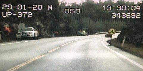 NÆR KJØREBANEN: Bildene fra UP viser hvor nær veien arbeiderne var på strekningen der hastigheten er satt ned fra 80 km/t til 50 km/t.