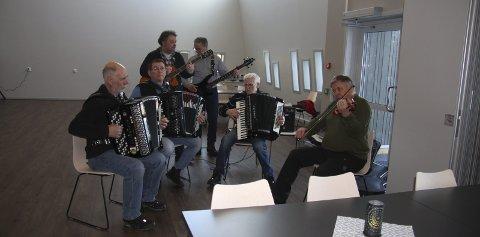 Musikk: Etter åpningen var det servering av kaffe og mat inne i Fjellstuo med musikk av Hatten's. foto: Hattfjelldal kommune