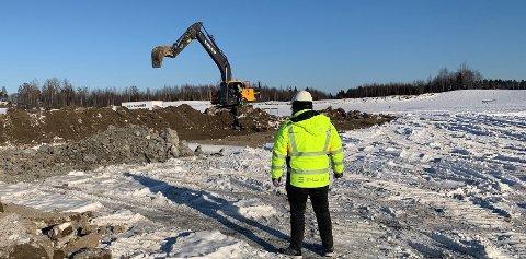 MILEPÆL: Noe forsinket er gravearbeidet på Hvalsjordet nå kommet i gang.