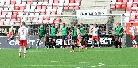 1-0: Her brassesparker Nicolay Solberg (til venstre) Fredrikstad i ledelsen. Bryne-spillerne er Henning Romslo (f.v.), Kristoffer Hay, Rogvi Baldvinsson, Josh Robson, Igor Spiridonov, Joacim Holtan, Robert Undheim, Andreas Dybevik og Pål Aamodt.