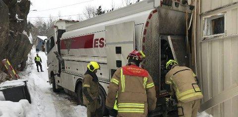 I husveggen: Tankbilen havnet i husveggen i Nøkkeldalen tirsdag ettermiddag. Foto: Nils Jul Lande