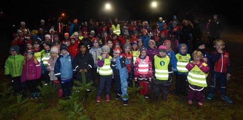 FEIRET 100 ÅR: Denne ivrige gjengen var med på å feire 100 årsjubileet til IL Bevern i duskregnet mandag kveld. FOTO: OLE JOHN HOSTVEDT