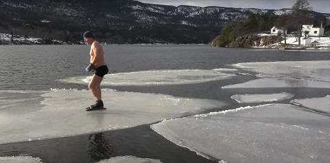 PÅ TYNN IS: Den et og et halvt minutt lange filmen som viser «Apetor» i aksjon på skøyter ute på iskanten og isflakene på Eikern, har fått mange til å reagere.
