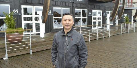KJØPER: Yee-Wai Cheung kjøper lokalene i bakgrunnen, som ligger på kaipromenaden i Svolvær.