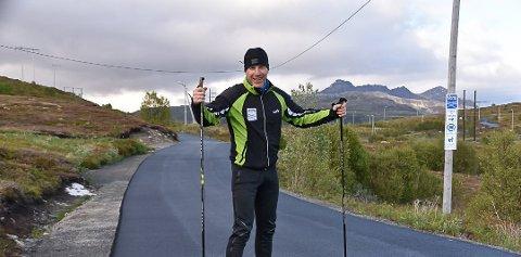 FORNØYD: Inge Harald Olsen kan smile etter at de har fått mer penger til turstien i Skulbruheia.