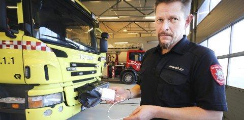 Ber folk passe på laderen: Brannsjef i MOVAR, Rune Larsen, ber om at man ikke lader elektronisk utstyr om natten, og ikke bruker ødelagte eller uoriginale ladere. Foto: Silje Louise Waters