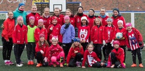 Tromsø IL kjører igjen i gang med sin fotballskole som bare er for jenter, og der bare jenter og damer instruerer. Her en samling med jenter og A-spillere i Tromsø rett før sommerværet kom...