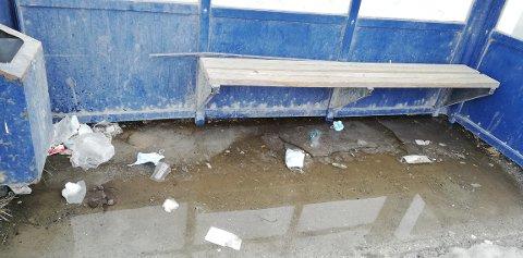 FARLIG SØPPEL: Brukte munnbind og annet søppel flyter på busstoppet i Stakkevollveien. Odd-Geir Kristiansen bor i området og reagerer sterkt på det han mener er farlig forsøpling.