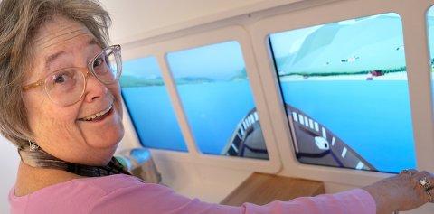 PÅ BÅTTUR: Museumsdirektør Lisa Gay Bostwick leker båtfører og gleder seg til åpninga av barnemuseet fredag.