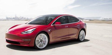 TESLAS TREDJE STORSELGER: Den nye Tesla Model 3 er mindre og rimeligere enn Tesla Model S og Model X, og føyk til topps på alle salgslister i mars. FOTO: JAMES LIPMAN, TESLA PRESSEINFORMASJON