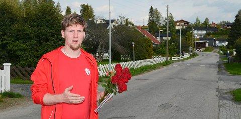 VIL ENGASJERE: Magnus Stenseth (Ap) sier dørbanking og hjemmebesøk først å fremst er et forsøk på å engasjere velgerne, sånn at de benytter seg av stemmeretten sin. (Foto: Bjørn-Frode Løvlund)