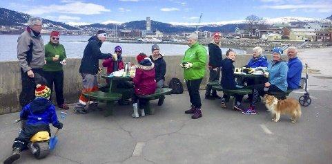 Må ha mat: Mary Ann Dahl og Kerstin Ander-Trønsdal fra Venstre hadde ordnet med kaffe, saft og vafler til ryddegjengen.