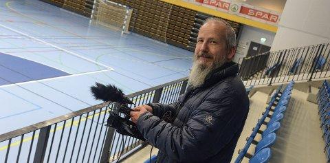 Forbereder streaming: Ringerikes Blads fotojournalist, Frode Johansen, tester forholdene i Hønefoss arena.
