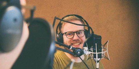 """SANS FOR KUNST: Kjetil Midtgarden Golid er systemutvikler med sans for koding og grafikk. Her et bilde under innspillingen av  programmeringspodcasten  """"Bartjs"""" i Trondheim."""