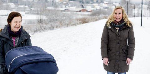 Maria Hoff Aanes har akkurat begynt i ny jobb. Fram til jul jobber hun 20 prosent, og tar gjerne med lokale næringslivsaktører med på «trillemøter» før det blir full fres i hundre prosent stilling her på tur med Ine Foss. FOTO: TOM GUSTAVSEN