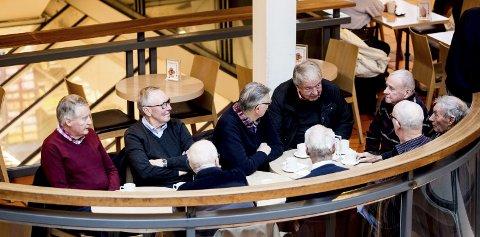 Pensjonistene samles hver dag til kaffe og vafler på Strømmen storsenter. Der diskuteres gjerne kommunesamenslåingen.