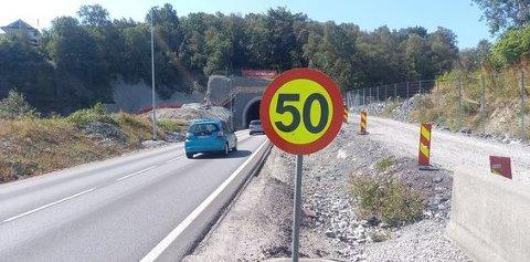 Noen tror de gule skiltene på motorveien kun opplyser om anbefalt hastighet. Det medfører ikke riktighet.