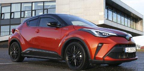 LETT Å LIKE: Med sitt karakteristiske utseende vekker kompakt-SUV'en Toyota C-HR oppsikt. Ikke bare er den en fryd for øyet, den har nå også fått en større motor som forbedrer kjøreegenskapene drastisk.