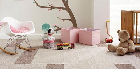 Komfort står høyt på lista når gulv til barnerom skal velges. Og lite slår teppegulv når det kommer til det. Med teppefliser er det også enkelt å bytte ut en flis ved søl og grising.
