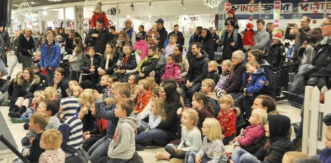 Mye folk: Voksne og barn synes det var moro å se Øistein Kristiansen sitt juleshow på Morenen kjøpesenter.
