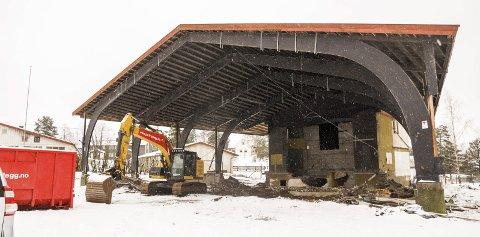 SNART NEDE: Bare takkonstruksjonen står igjen av den gamle markedsscenen. I løpet av noen dager er også den nede. FOTO: Gunnar Fjellengen