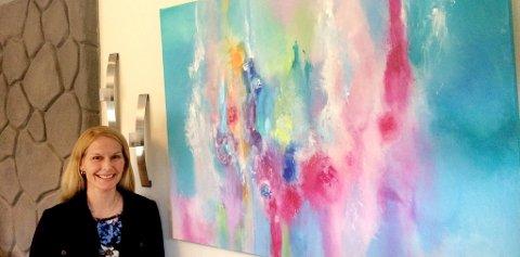 HANDLER: – Jeg er opptatt av å støtte lokale kunstnere, og mener vi trenger mangfoldet, sier Skiens ordfører Hedda                Foss Five, ved ett av maleriene signert Lillefjære.foto: privat