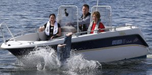 Det finnes knapt noe bedre enn å tilbringe en varm sommerdag om bord i båten. Foto: Scanpix