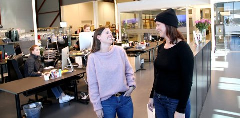 GØY PÅ JOBB: Ida Andresen og Guro Forseth Smith i Floyd.no klarer både å ha det moro på jobb og selge klær raskere enn de fleste. Foto: Magnus Franer-Erlingsen