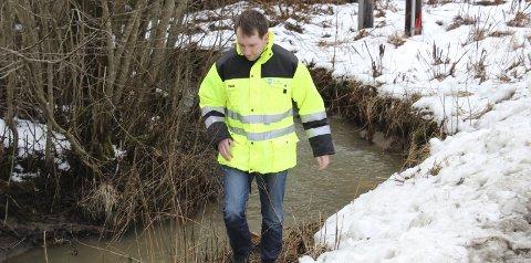 På jakt: Odd Henning Unhjem i Frogn kommune sier han vil fortsette med å spore opp kilden til parafinlukten som plager beboere på Holter i Drøbak.Foto: Ole Jonny Johansen