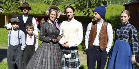 Ladybesøk: Fv klokkar André Hellum med sonane Sverre og Henning, Marit S. Berg, Ole E. Furu, Jonas Skeie (Sivert Hoåsbrekken) og Margit S. Tvedt (Anne Grødal).