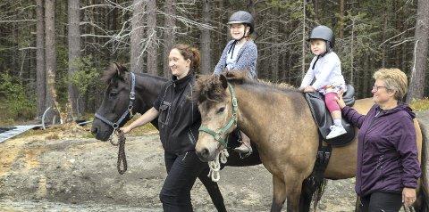 Hest er best: Det synes i alle fall Julianna Grimsmo (3) og Linn Cecilie Kristiansen (10) fra Hønefoss. Elin Nisjaløkk leier hestene.
