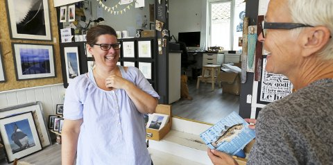 Glade kort: Heidi Nylund Larsen er glad for den gode responsen fra lokale kunder. Her er det Nina Akersveen som kjøper et kort.