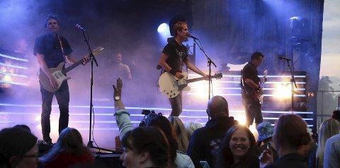 STEMNING: Rundt 700 personer fant vegen til Brokelandsheia da Postgirobygget entret scenen i fjor. Gjerstad Live er én av mange festivaler i landet vårt i sommer.