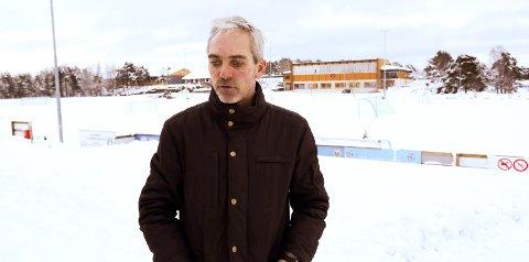 FJORÅRET: Slik så det ut i fjor da snøen falt. Nå har fotballklubben fått på plass undervarmen, som forhåpentligvis skal gi langt bedre forhold for både fotballfolk og andre som trener hele året.Foto: aRKIV